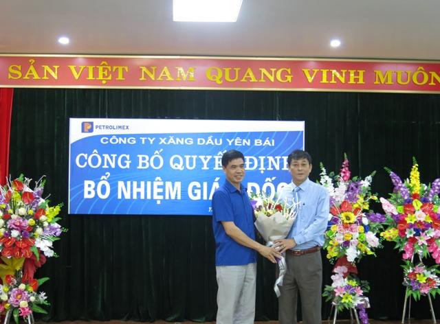 Bí thư Đảng ủy Khối doanh nghiệp tỉnh Yên Bái - Đ/c Vũ Vinh Quang chúc mừng Tân giám đốc