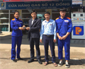 Chị Lương Thị Loan và anh Nguyễn Quốc Khánh trả lại tài sản khách hàng đánh rơi tại cửa hàng
