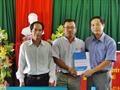 Giúp đỡ 6 hộ nghèo xã Đông Sơn (A Lưới) 24 triệu đồng để nuôi bò